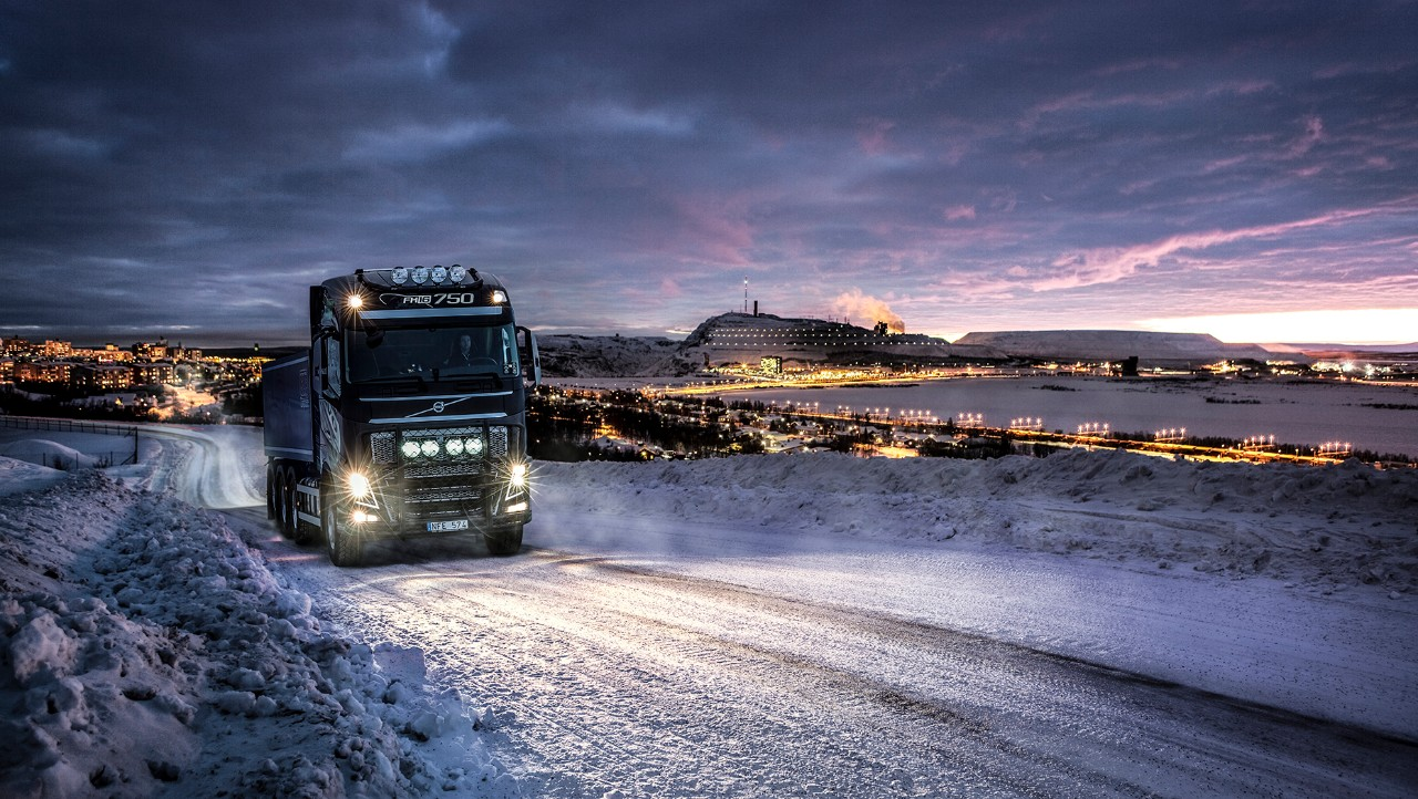 Volvo FH driving in snow at night